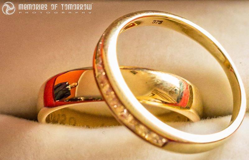 Saco una fotografia de los anillos de boda de una pareja 06