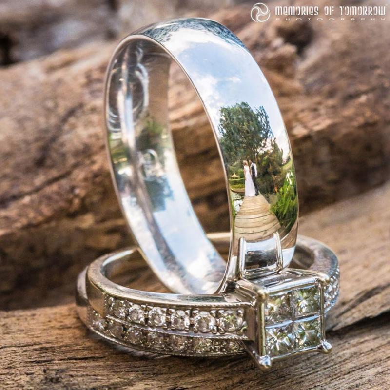 Saco una fotografia de los anillos de boda de una pareja 08