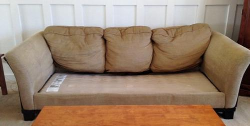 Su sofa estaba demasiado viejo y deformado 05