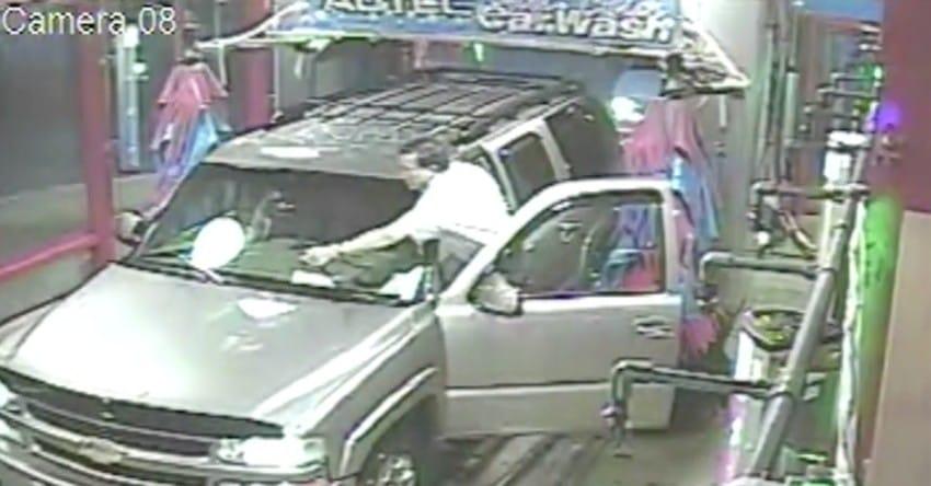 Una cámara de seguridad capturó ESTO en el lavacoches. Fíjate en el lateral del conductor...