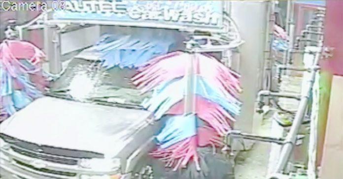 Una camara de seguridad capturo ESTO en el lavacoches banner