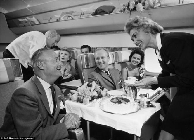 Asi era la comida en los aviones hace 50 anos 02
