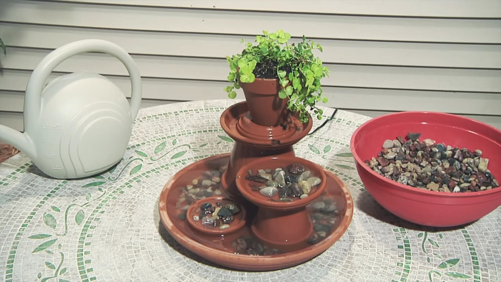 Crea una magnífica fuente para tu jardín con unos maceteros y unos platos