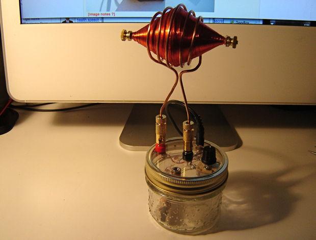 Consiguió recostruir la radio de los espíritus de Nikola Tesla. Pero cuando la enciende, ocurre algo realmente terrorífico