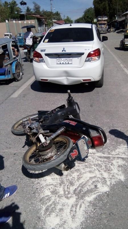 El conductor estaba cabreado después de que la motocicleta le golpease. Pero cuando miró al suelo, se le rompió el corazón