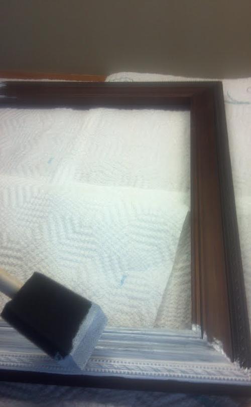 Empieza cortando rollos de papel higienico en tiras y empieza a pulverizar pintura 01
