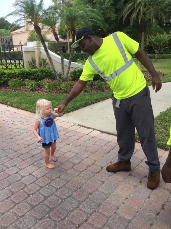 Encontro al hombre de la basura haciendo ESTO con sus hijos 04