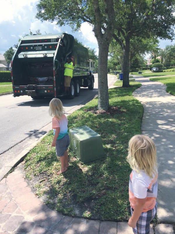 Esta madre muestra al mundo la relación entre sus trillizos y los basureros del barrio