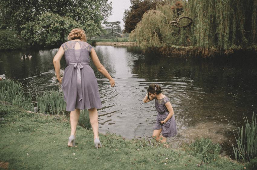 Esta dama de honor saltó al lago para salvar a un adorable bebé de ganso