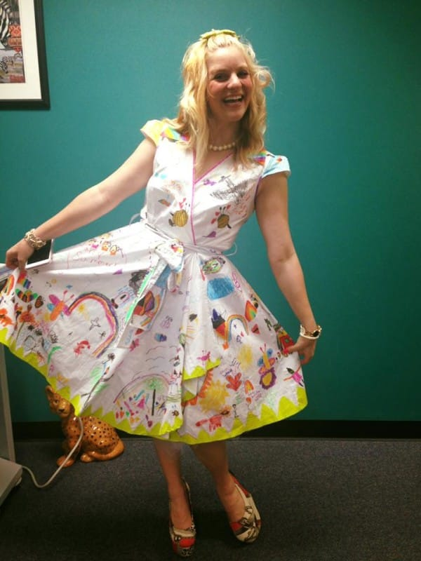 Esta profesora llevó un extraño vestido blanco el último día de clase. Espera hasta que veas la falda...