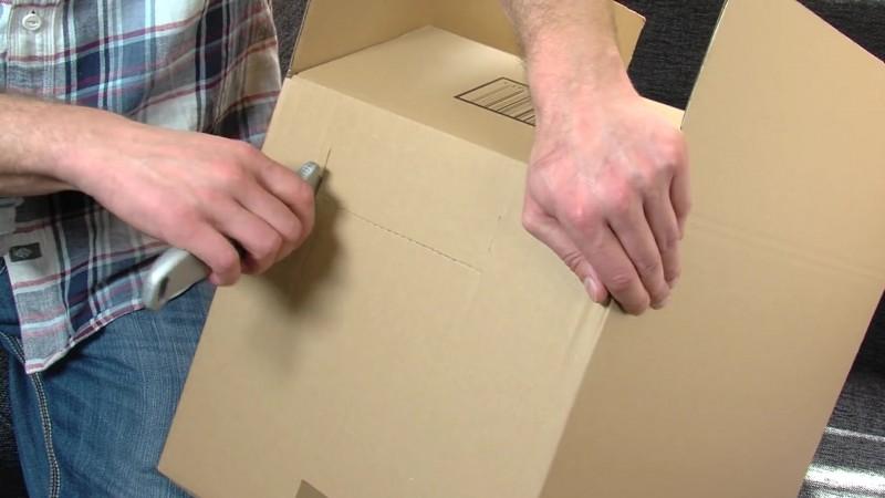 Este hombre cambia los tiradores del cajón y los fija en su interior 02