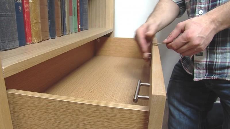 Este hombre cambia los tiradores del cajón y los fija en su interior 04