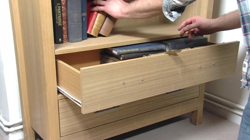 Este hombre cambia los tiradores del cajón y los fija en su interior 05
