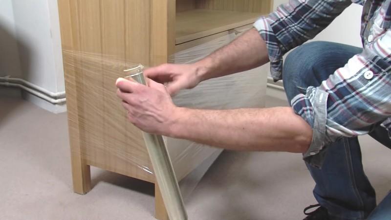 Este hombre cambia los tiradores del cajón y los fija en su interior 06