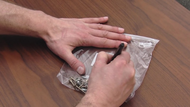 Este hombre cambia los tiradores del cajón y los fija en su interior 09