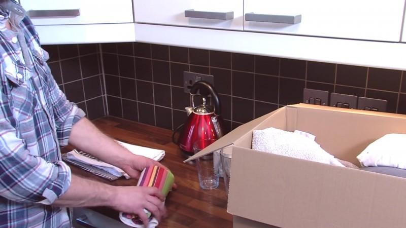 Este hombre cambia los tiradores del cajón y los fija en su interior 12