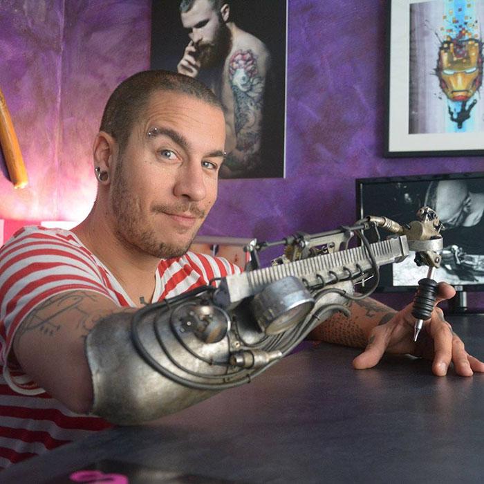 Este tatuador perdió su brazo. Pero ahora fíjate en lo que puede hacer con su increíble prótesis