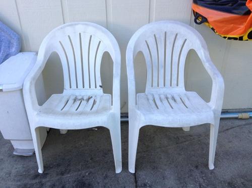 Las sillas de plastico estaban hechas un desastre 01