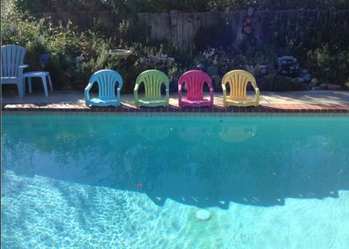 Las sillas de plastico estaban hechas un desastre 02