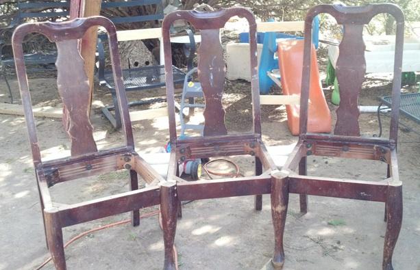 Convierte unas viejas sillas en ingeniosos bancos con un toque de creatividad