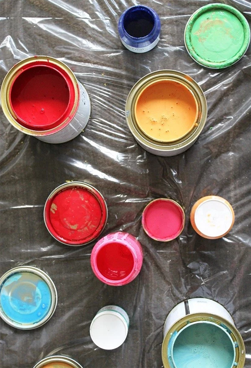 Lleno una jeringuilla con pintura y la uso para hacer ESTO 01