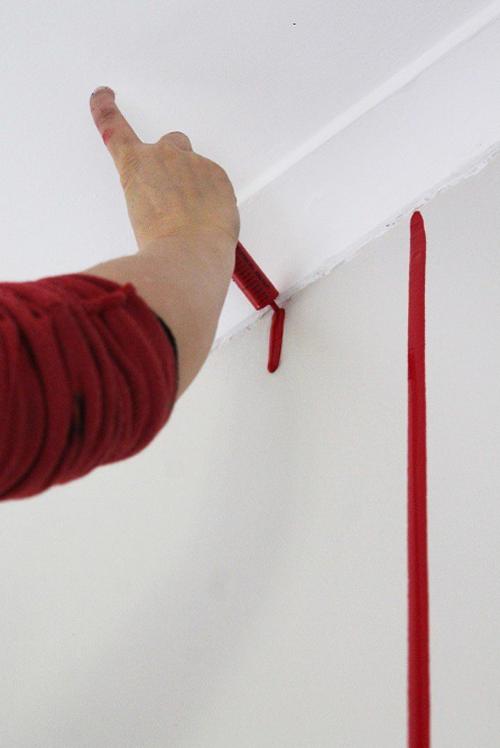 Lleno una jeringuilla con pintura y la uso para hacer ESTO 03