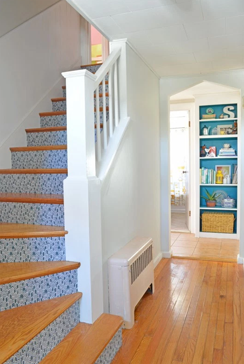 Odiaba lo aburridas que eran sus escaleras así que las cubrió de pegamento y puso ESTO encima... ¡Realmente divertido!
