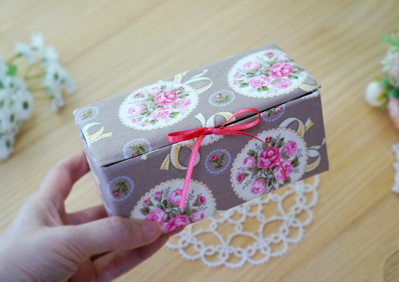 http://www.handmadiya.com/2015/11/fabric-box-tutorial.html