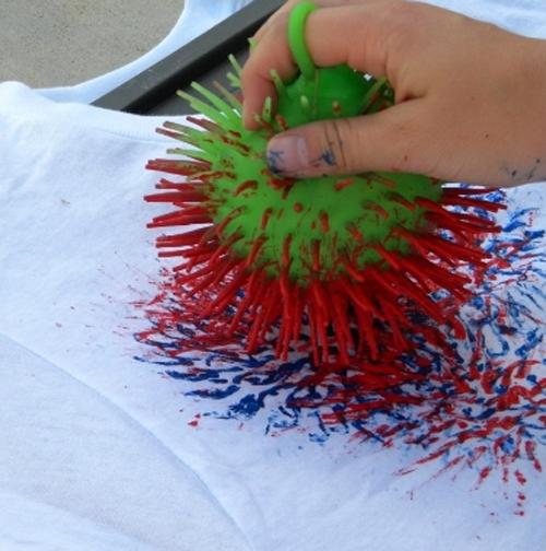 Crea unas divertidas camisetas para niños con pintura y unas pelotas de goma