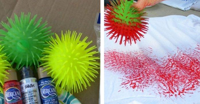 Sumergio estas pelotas de goma en pintura y las uso para hacer ESTO banner