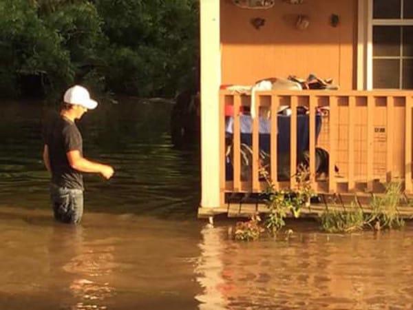 Un padre y su hijo se dedican a a rescatar mascotas abandonadas durante las inundaciones