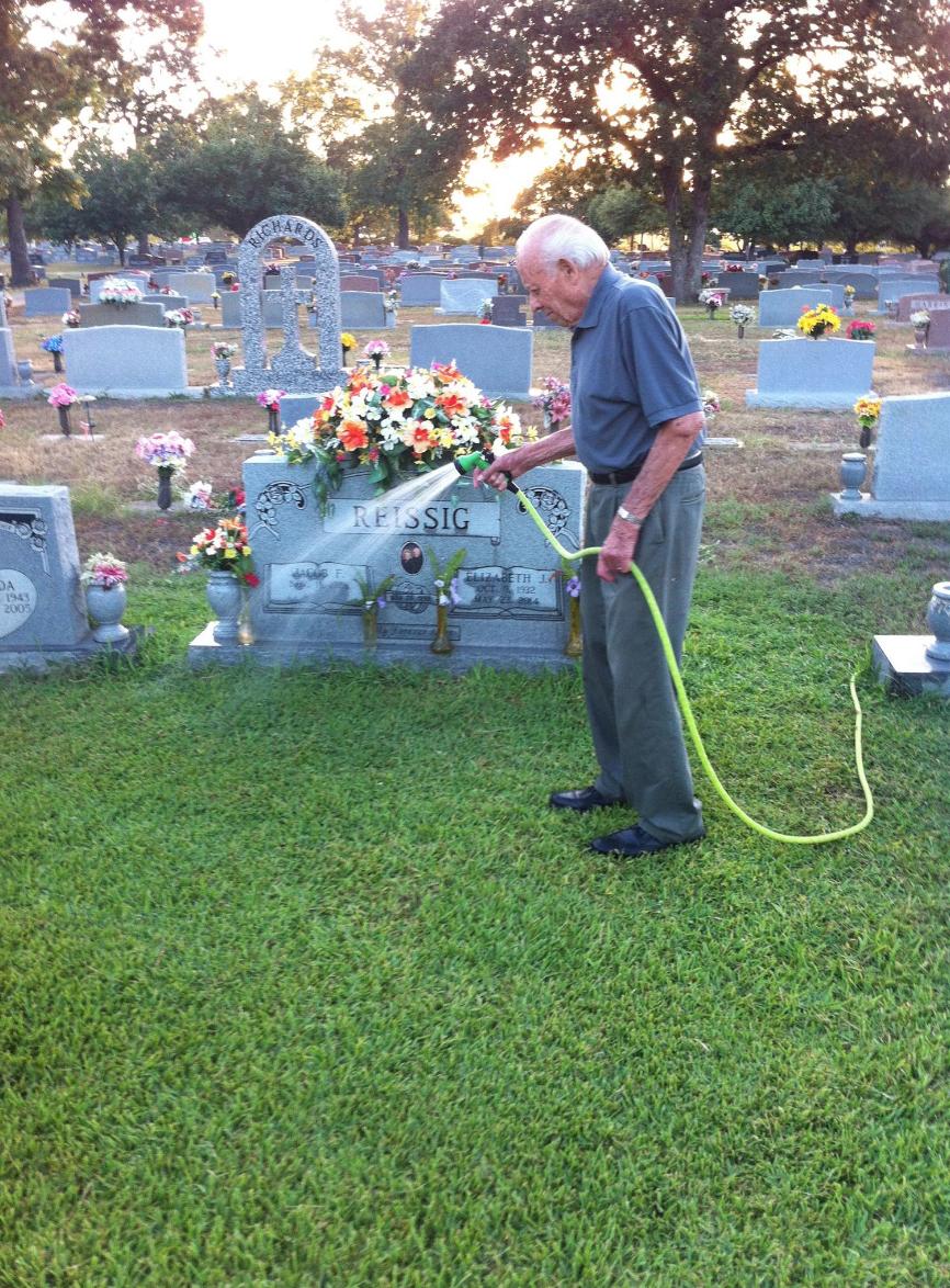 Vio a un hombre mayor regar una tumba, cuando se da cuenta de por qué, su corazón se hizo pedazos