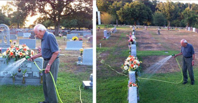 Vio a un hombre mayor regar una tumba cuando se da cuenta de por que su corazon se rompe banner