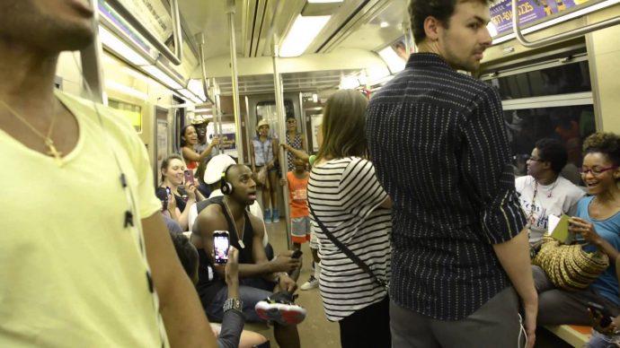 Unos jóvenes se viralizan al convertir un viaje de tren en un espectáculo