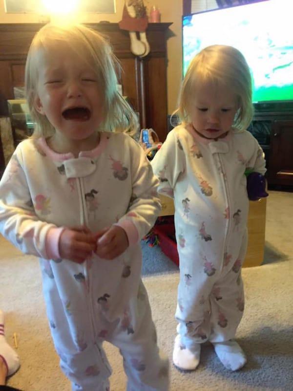 Unas gemelas recién nacidas ponen patas arriba Internet con su curioso parto