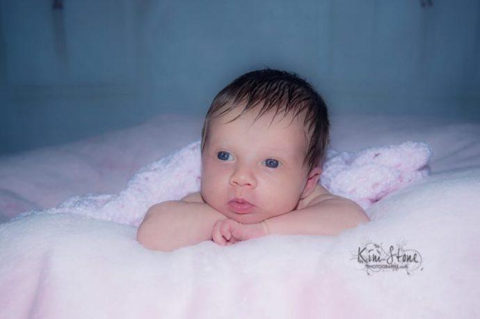 Este fotógrafo captura a la recién nacida en los guantes de su padre recién fallecido