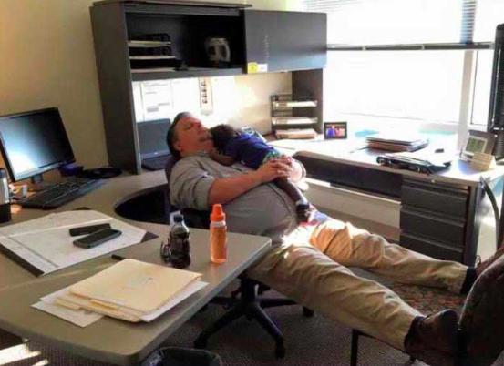 Hombre trabajando oficina