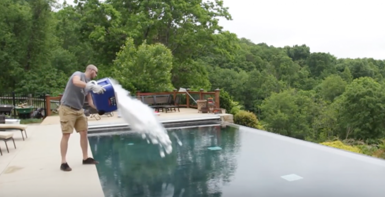 Un hombre se viraliza al tirar un cubo enorme lleno de hielo seco en una piscina