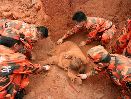 Este equipo de rescate se quedó sin palabras al encontrar una madre enterrada con su hijo...