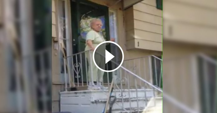anciana abuela baila bajando escaleras