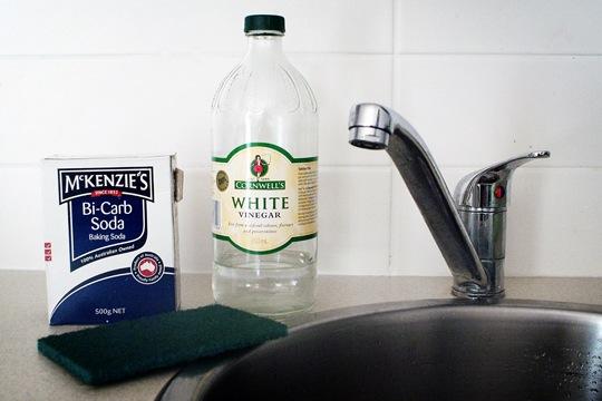 Como usar vinagre y bicarbonato para limpiar una sarten quemada 03