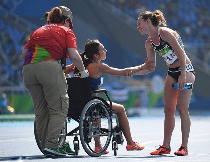 Esta atleta ayudó a su rival a levantarse después de una terrible colisión. Pero a pesar de llegar las últimas han conseguido pasar a la final