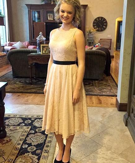 Esta chica es humillada en su escuela por llevar un vestido de encaje a su baile de fin de curso