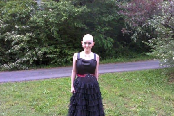 Esta joven mujer honra la muerte de su gemela con una preciosa postal