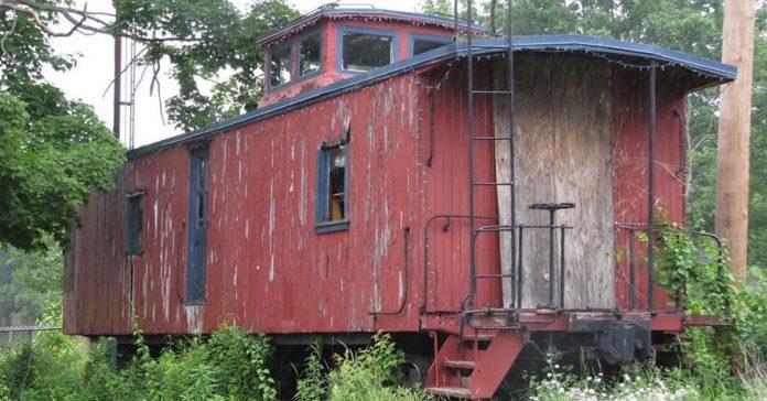 este viejo tren abandonado se transforma en una diminuta vivienda de 40m banner