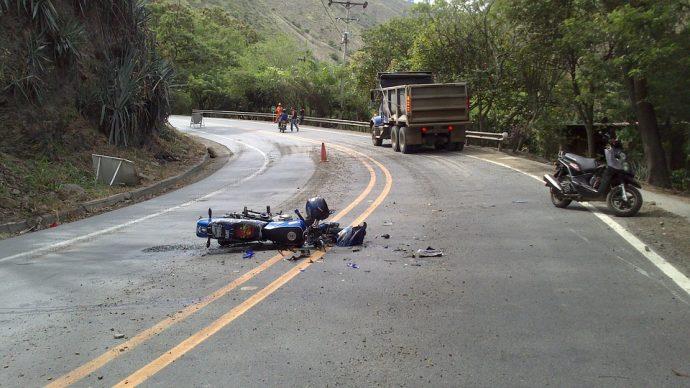 Su madre paró a socorrer a un motorista herido, pero se quedó estupefacta cuando vio esto...