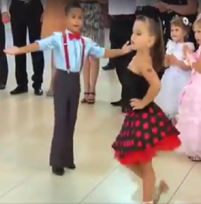 Estos 2 niños asombraron a todo el público con sus asombrosos movimientos la ritmo de la música...