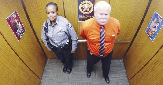 oficiales de policia se quedan encerrados ascensor banner
