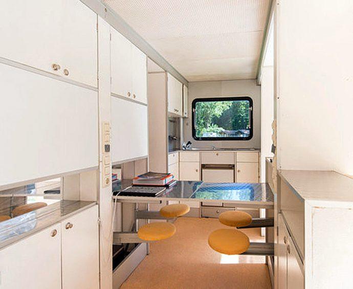 """Una """"mini"""" caravana se convierte en la sensación de internet al abrir sus paredes"""