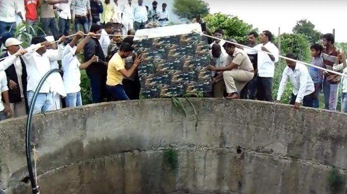 Un poblado Indio rescata de forma épica a un leopardo que iba a morir ahogado